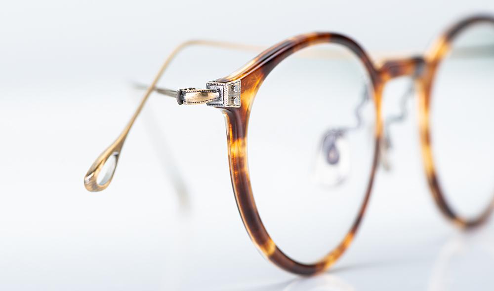 Eyevan – Detail des Gelenkes einer Pantobrille in Schildpatt Optik mit Metallbügeln - KITSCHENBERG Brillen
