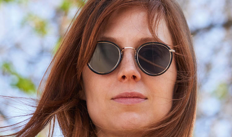 Eyevan – Sonnenbrille – Model Kalisa – runde goldene Titan Brille mit schwarzem Acetatring - KITSCHENBERG Brillen