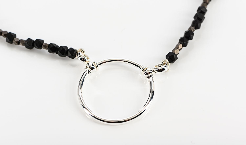 La Loop – Brillenkette mit schwarzen Steinen - KITSCHENBERG Brillen