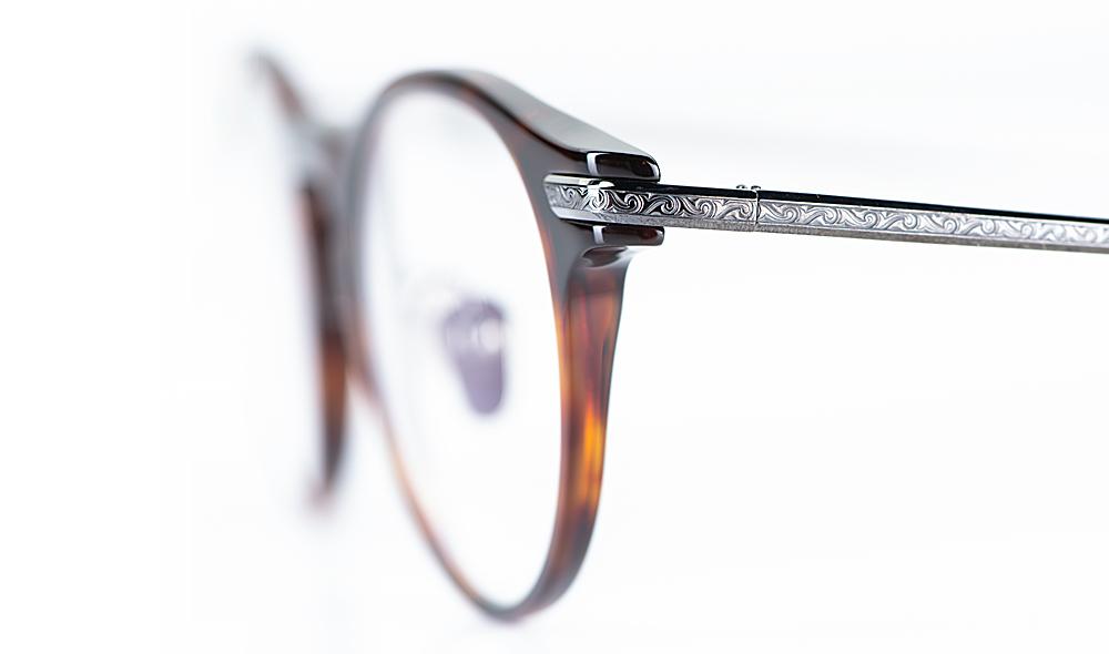 Masunaga – Detail des ziselierten Metallbügels an einer Acetat Brille - KITSCHENBERG Brillen