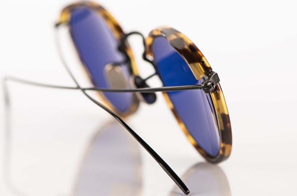Eyevan – Panto Sonnenbrille aus schwarzem Metall mit tortoise farbigen Acetat und blauen Gläsern - KITSCHENBERG Brillen