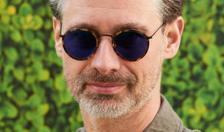 Eyevan – Sonnenbrille – Model Andreas - Pantobrille aus schwarzem Metall mit tortoise farbigen Acetat und blauen Gläsern - KITSCHENBERG