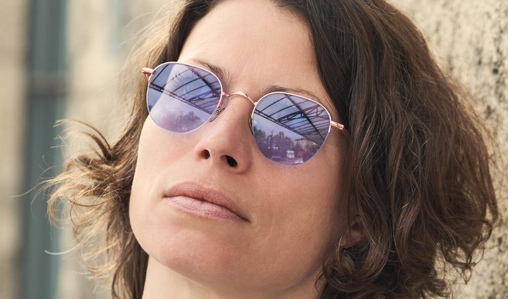 Massada – Sonnenbrille - Model Steffi – goldenes Titangestell mit hellen blaulila Gläsern und unten offenem Rand - KITSCHENBERG Brillen