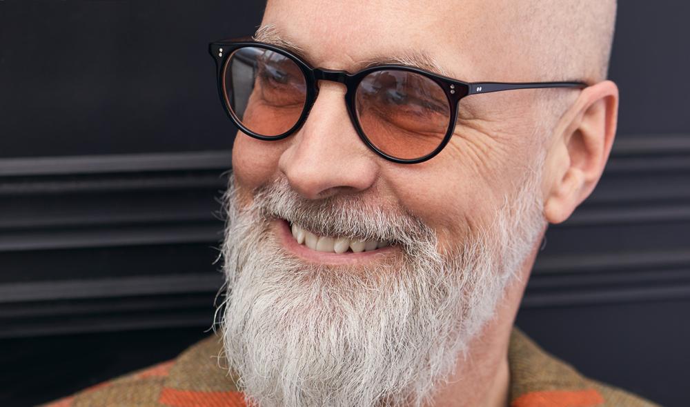 Oliver Peoples – Sonnenbrille - Model Nicholas – schwarze Vintage Panto Brille mit genieteten Gelenken und rotbraunen Gläsern - KITSCHENBERG Brillen