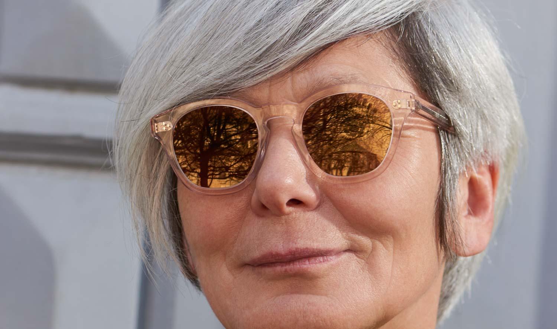 Oliver Peoples – Sonnenbrille - Model Lidia – transparente Acetatbrille mit verspiegelten goldenen Gläsern - KITSCHENBERG Brillen