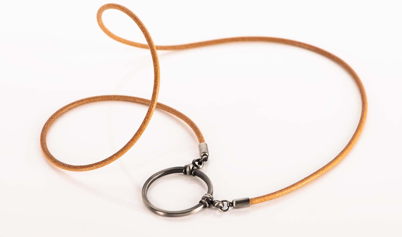La Loop – Brillenkette aus Sattelleder mit anthrazitfarbigem Ring – KITSCHENBERG Brillen