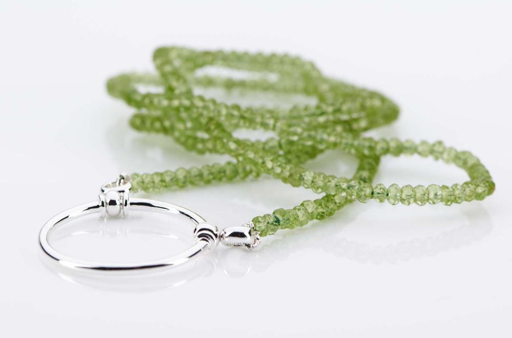 La Loop – Original Brillenkette aus LA – peridot – grüne Steine – silberner Ring - KITSCHENBERG Brillen