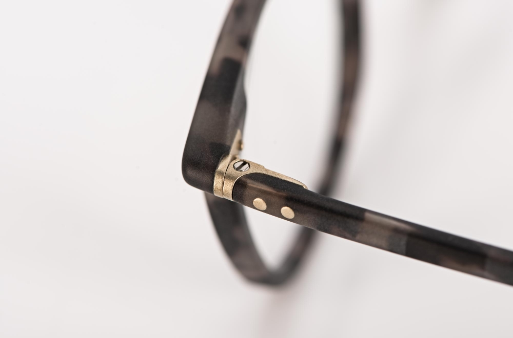 Lunor – Detail einer Gelenkverbindung bei einer genieteten Kunststoffbrille - KITSCHENBERG Brillen