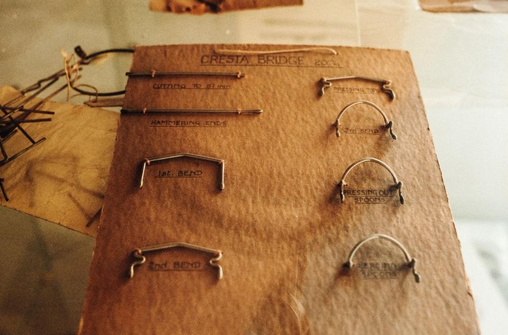 Savile Row- Algha – Schautafel mit den Arbeitsschritten zur Herstellung der Brillenbrücke - KITSCHENBERG Brillen