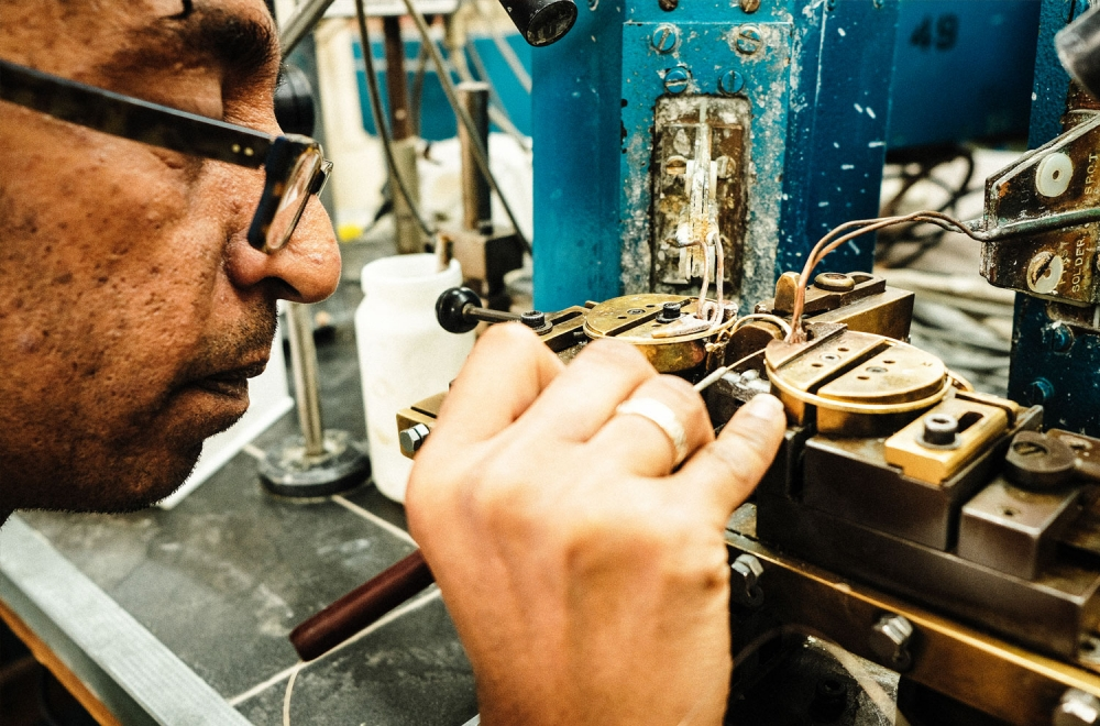 Savile Row- Algha – Löten der der Brillenbrücke auf einer Maschine aus den 1920er Jahren - KITSCHENBERG Brillen