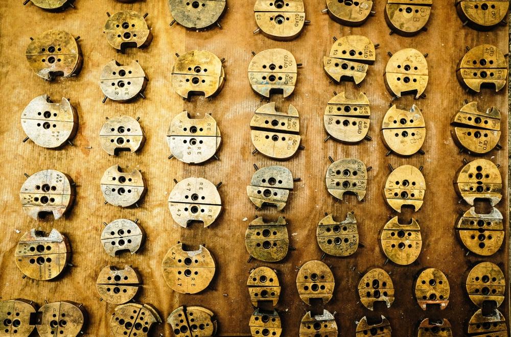 Savile Row- Algha – Wand mit Formstücken aus Messing zur Herstellung der Brillenglasform - KITSCHENBERG Brillen