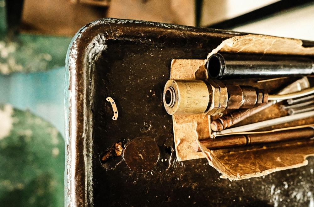 Savile Row- Algha – 100 Jahre alte Maschine zum Pressen des Doubledrahtes - KITSCHENBERG Brillen
