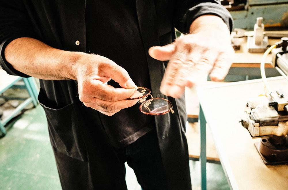 Savile Row- Algha – ein Arbeiter erklärt das Finishing, den letzten Arbeitsschritt in der Fertigung einer Brille - KITSCHENBERG Brillen