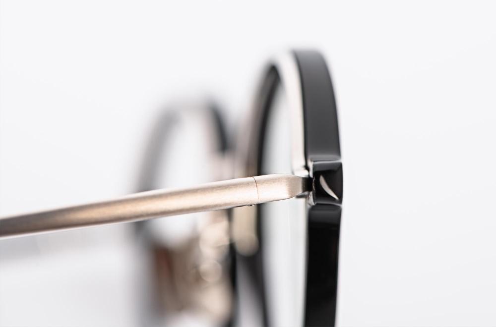 Yellows Plus – matt silberfarbiger Bügel an einer runden schwarzen Acetat Fassung - KITSCHENBERG Brillen