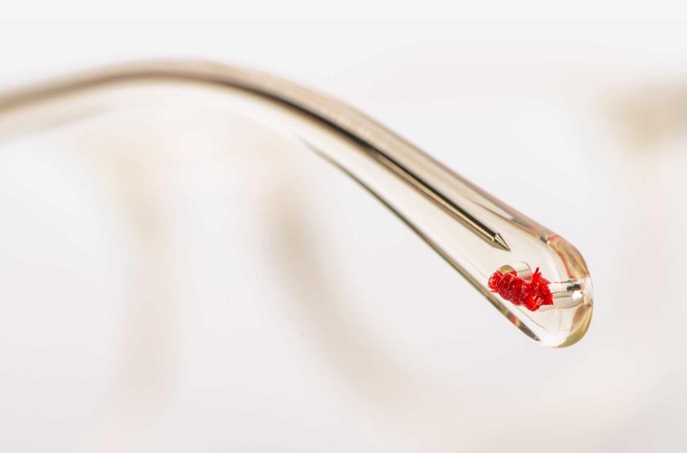 Alf – Detail eines Bügelendes mit einem handgeknoteten roten Faden - KITSCHENBERG Brillen