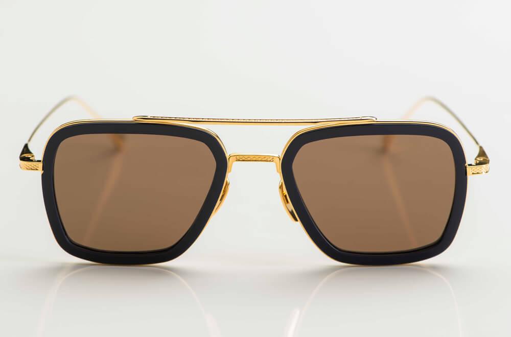 Dita – Sonnenbrille – goldene Doppelsteg Brille im Stil der 1980er Jahre mit dunkelblauen Acetat Ringen und braunen Gläsern - KITSCHENBERG Brillen