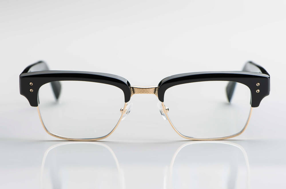 Dita – goldene eckige Metallfassung mit dickem schwarzen Kunststoff Oberbalken und Bügel im Stil der 1960er Jahre - KITSCHENBERG Brillen
