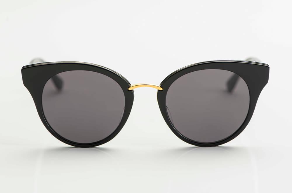 Dita – Sonnenbrille – leichte Cateye Form aus schwarzem Acetat mit goldener Brücke und grauen Gläsern - KITSCHENBERG Brillen