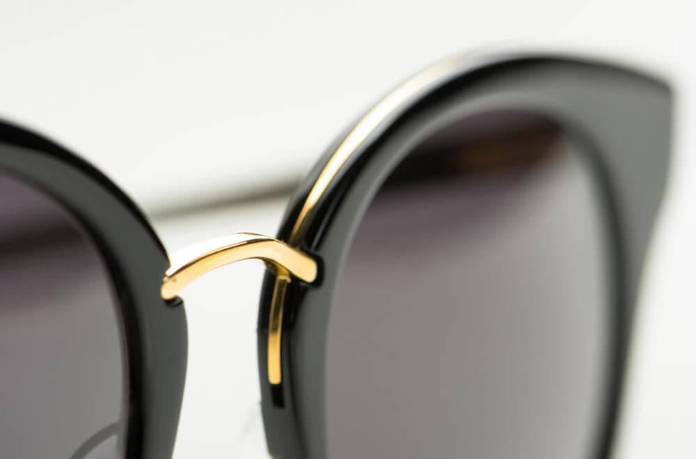 Dita – Sonnenbrille – schwarze Kunststoff Sonnenbrille mit in den Oberrand eingearbeitetem goldenem Metall - KITSCHENBERG Brillen