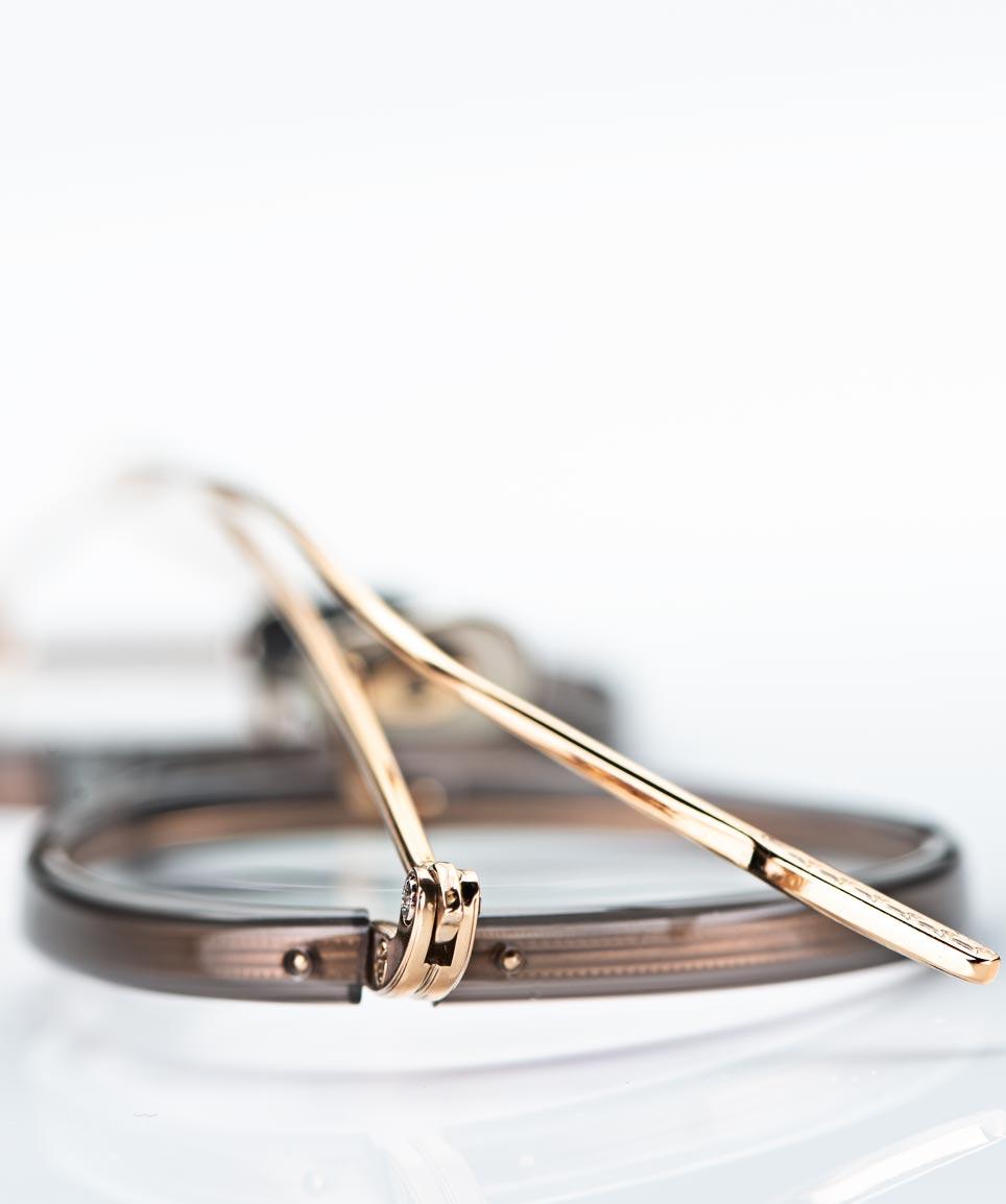 Eyevan – filigrane goldene Titanbrille mit moccabraunem Acetatring - KITSCHENBERG Brillen