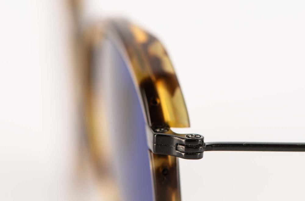 Eyevan – schwarze Metall Sonnenbrille mit blauen Gläsern und gesprenkeltem Acetatring - KITSCHENBERG Brillen