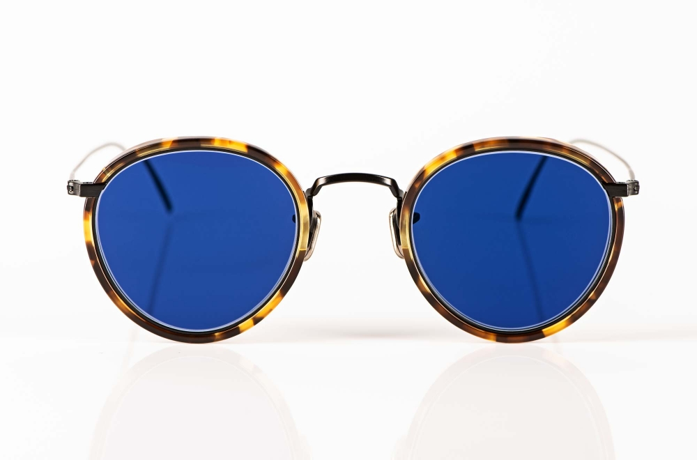 Eyevan – Sonnenbrille – dünne schwarze Metall Panto mit tortoise farbigem Acetat Ring und blauen Gläsern - KITSCHENBERG Brillen