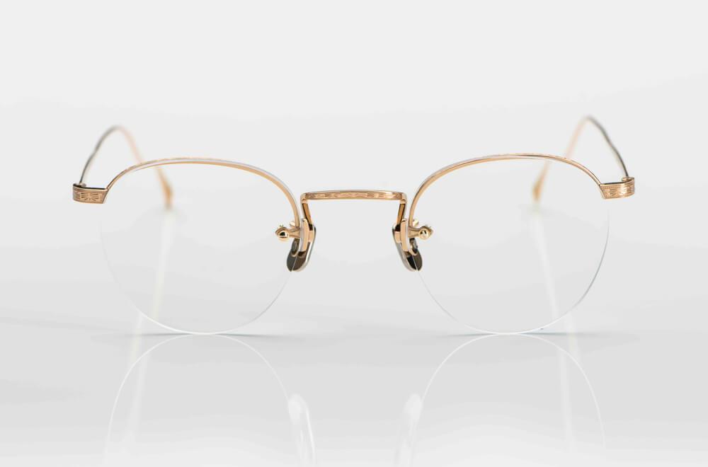 Eyevan – 2-Loch Bohrbrille aus goldenem Metall mit Ziselierung auf dem Oberrand im Stil der 1920er Jahre - KITSCHENBERG Brillen