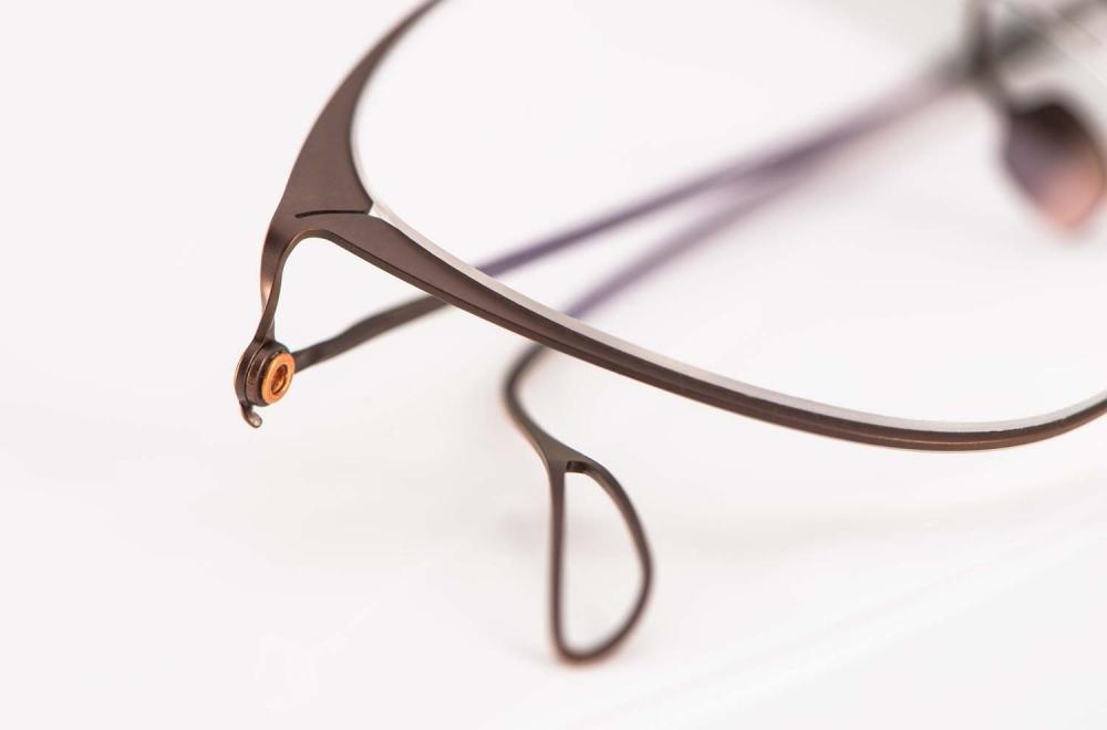 Haffmans & Neumeister – Bügel Gelenk mit einer Kupferniete einer Flachmetall Brille – KITSCHENBERG Brillen