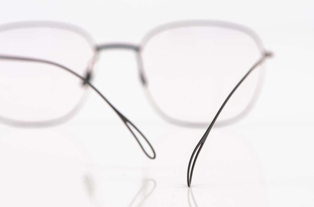 Haffmans & Neumeister – durchbrochenes Bügelende einer Flachmetall Brille – KITSCHENBERG Brillen