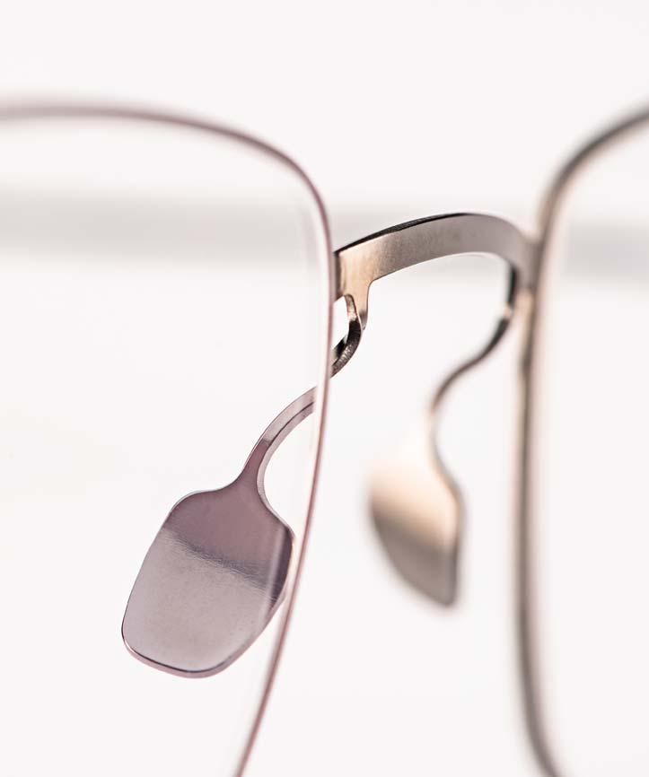 Haffmans & Neumeister – Edelstahl Nasenstege einer filigranen Flachmetallbrille – KITSCHENBERG Brillen