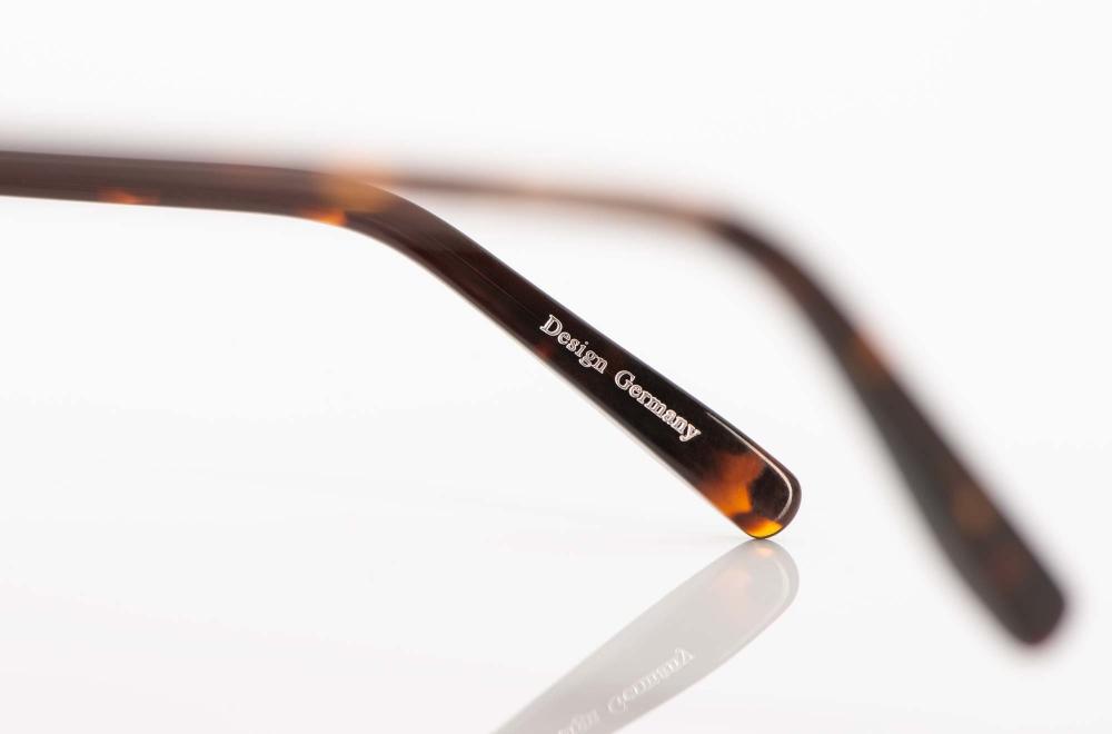 Hamburg Eyewear – Bügel einer tortoise farbigen Acetat Brille – KITSCHENBERG Brillen