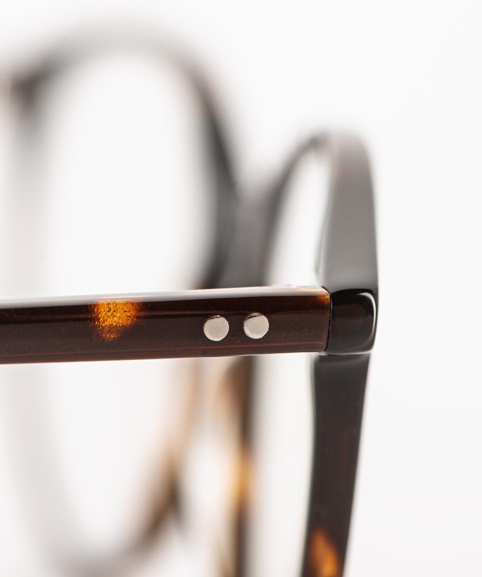 Hamburg Eyewear – genietetes Scharnier bei einer braunen Kunststoff Brille – KITSCHENBERG Brillen