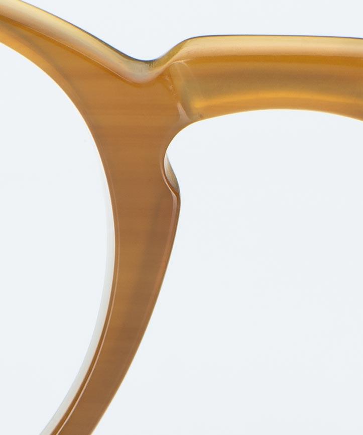 Kitschenberg Horn – Stegbereich einer bernsteinfarbigen Büffelhorn Brille – KITSCHENBERG Brillen
