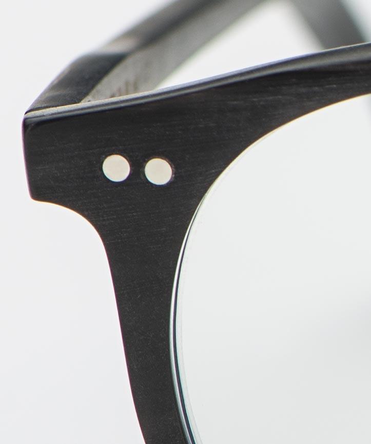 Kitschenberg Horn – handgenieteter Backenbereich einer Panto Brille aus Naturhorn – KITSCHENBERG Brillen