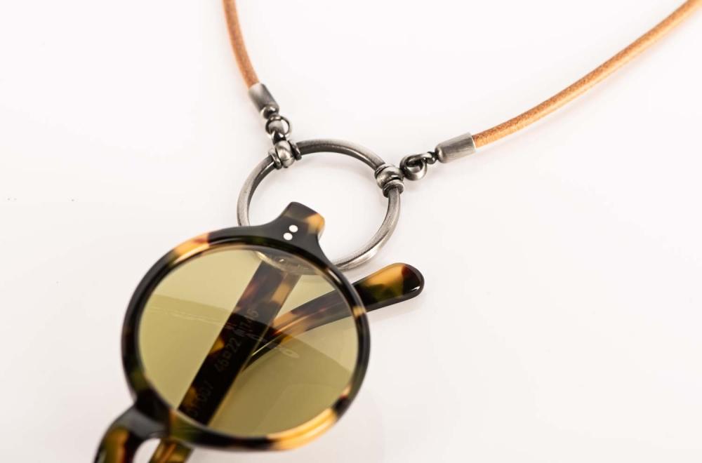 La Loop – runde Sonnenbrille an einer Brillenkette aus Leder mit silberfarbigem Ring – KITSCHENBERG Brillen