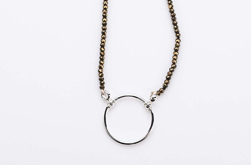 La Loop – Brillenkette aus Pyrit Steinen mit versilbertem Ring – KITSCHENBERG Brillen