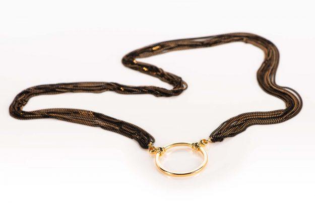 La Loop – feingliedrige schwarz goldene Brillenkette mit goldenem Ring – KITSCHENBERG Brillen