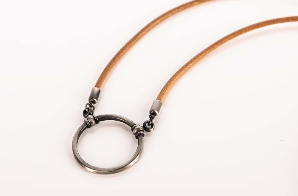 La Loop – Brillenkette aus beigem Leder mit matt grauem Ring – KITSCHENBERG Brillen