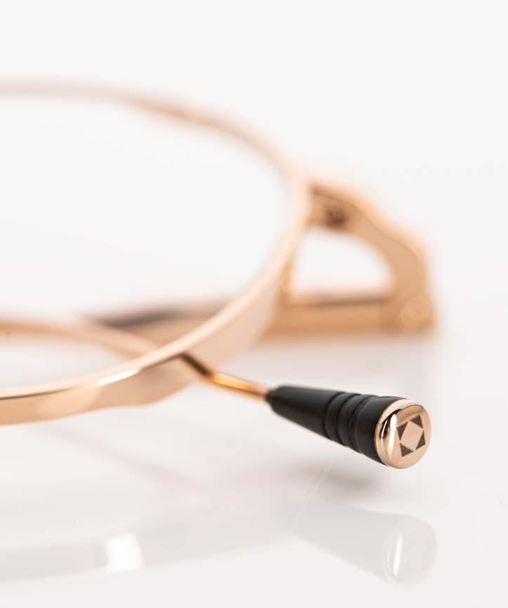 Lunetterie Generale – schwarzes Bügelende einer goldenen Titan Pantobrille - KITSCHENBERG Brillen