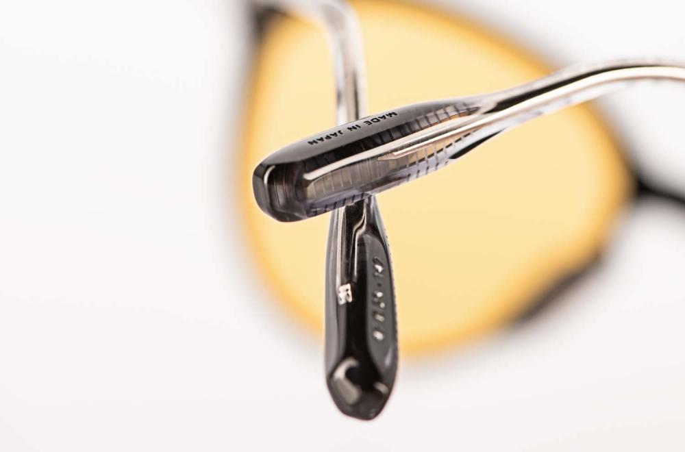 Lunetterie Generale – Bügelende mit filigraner Musterung einer schwarzen Panto Brille – KITSCHENBERG Brillen