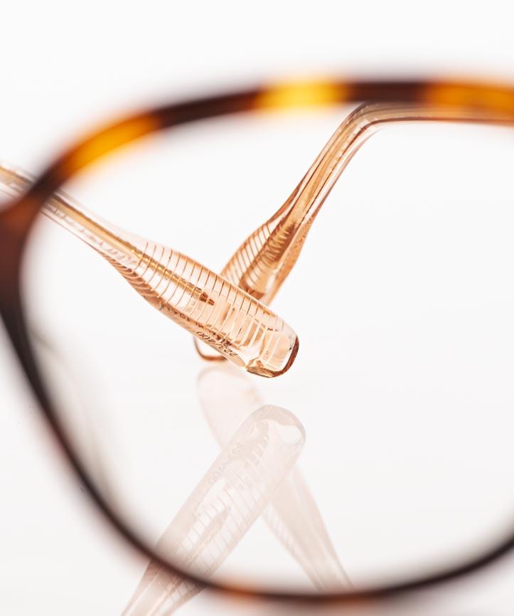 Lunetterie Generale – champagner farbiger Bügel einer gesprenkelten bernsteinfarbeigen Acetat Brille - KITSCHENBERG Brillen