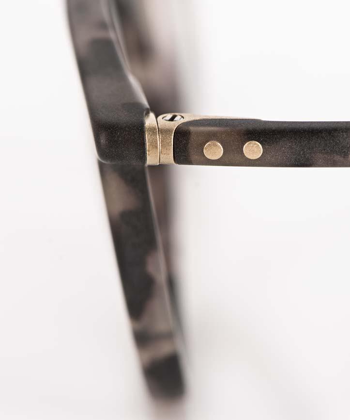 Lunor – mattes, handgefertigtes Gelenk mit Nietverbindung an einer Acetat Brille - KITSCHENBERG Brillen