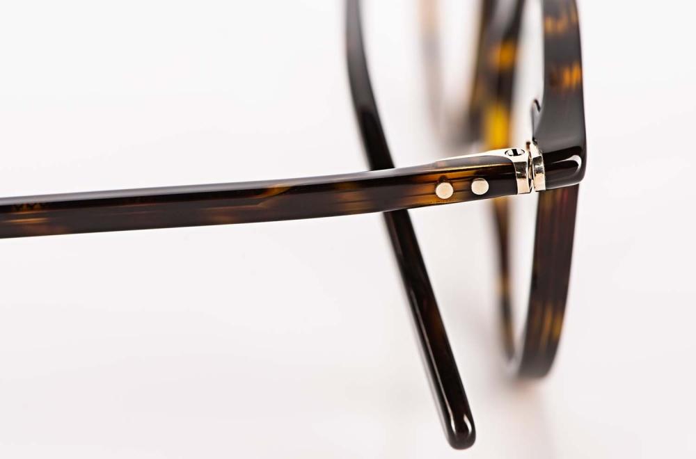 Lunor – Bügel einer handgenieteten Pantobrille aus Acetat in einer braunen havanna Farbe - KITSCHENBERG Brillen