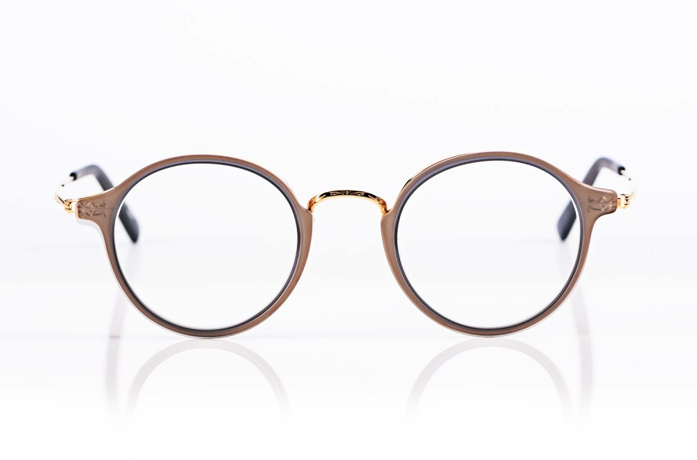 Masunaga – goldene Metallbrille mit feiner Ziselierung und Matten halbtransparenten Kunststoffrahmen produziert in Japan - KITSCHENBERG Brillen