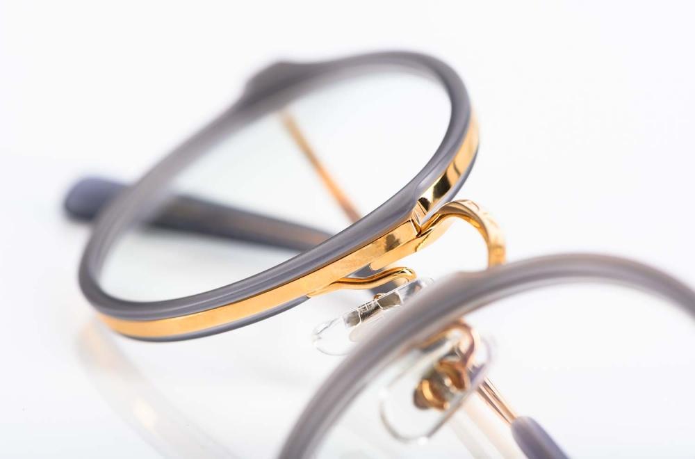 Masunaga – Brille mit goldenem Metallrahmen und matt changierendem Acetatrahmen um den Gläsern- KITSCHENBERG Brillen