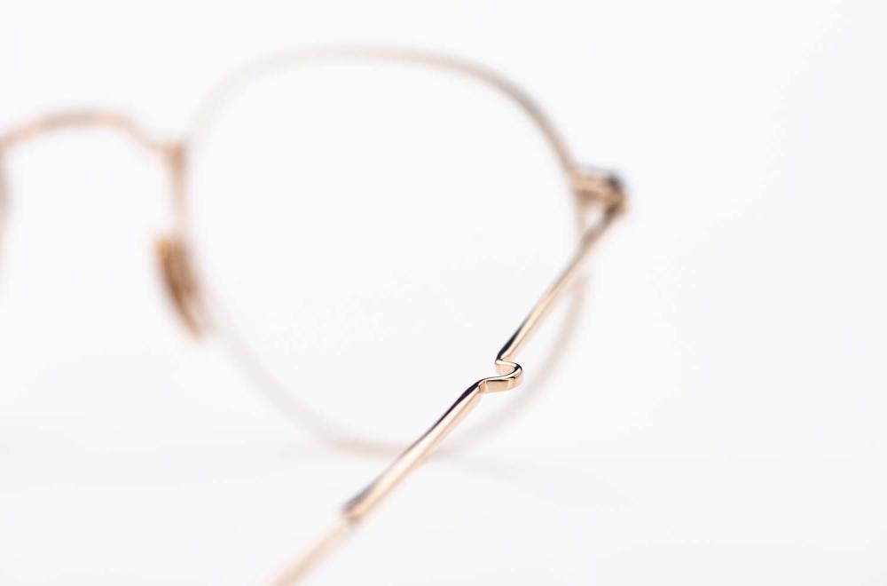 Mr. Leight – goldener Brillenbügel einer Pantobrille aus Titan - KITSCHENBERG Brillen