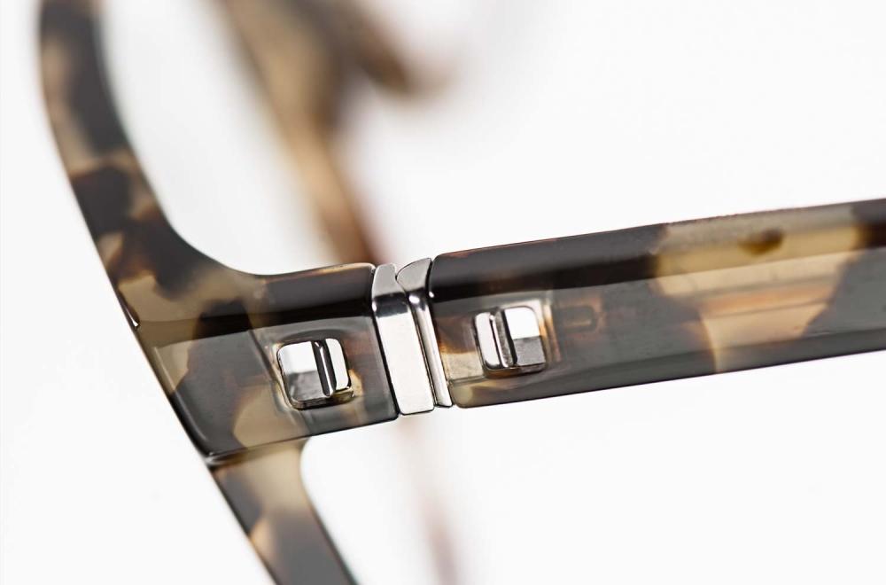 Mykita – silbriges Bügel Gelenk an einer gesprenkelten Acetat Brille - KITSCHENBERG Brillen