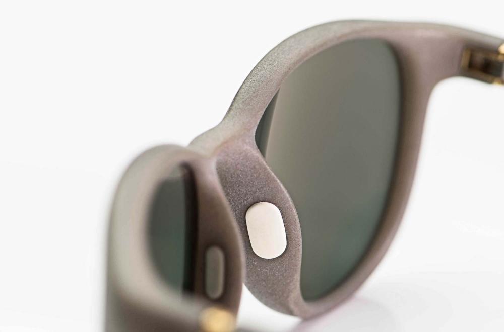 Mykita Mylon – Sonnenbrille - runde, graue 3D gedruckte Brille mit angesetzten Silikonstegen und grünen Gläsern - KITSCHENBERG Brillen