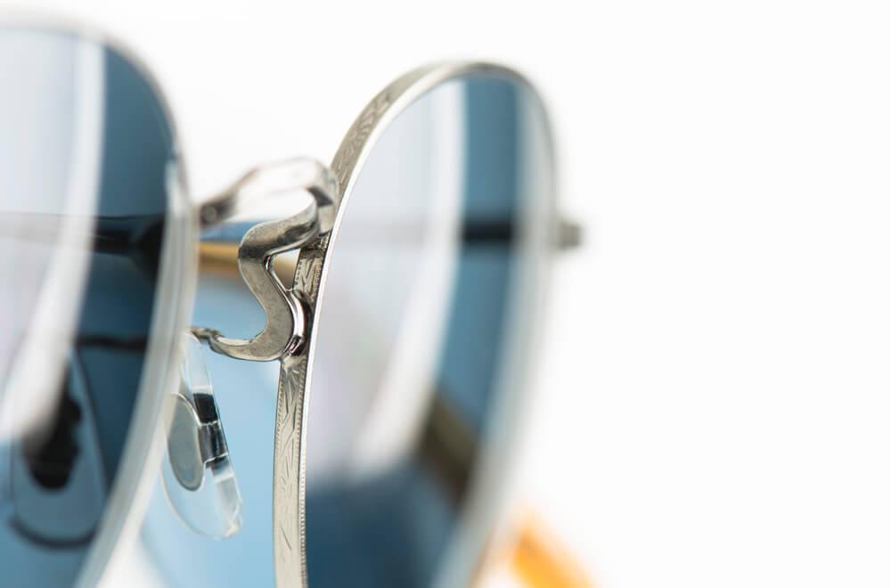 Oliver Peoples – Sonnenbrille – klassische silberne Metall Pantobrille mit blauen Gläsern - KITSCHENBERG Brillen