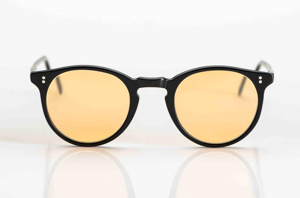 Oliver Peoples – Sonnenbrille – O´Malley - Vintage Pantobrille aus schwarzem Kunststoff mit genieteten Gelenken und hellen rot braunen Gläsern - KITSCHENBERG Brillen